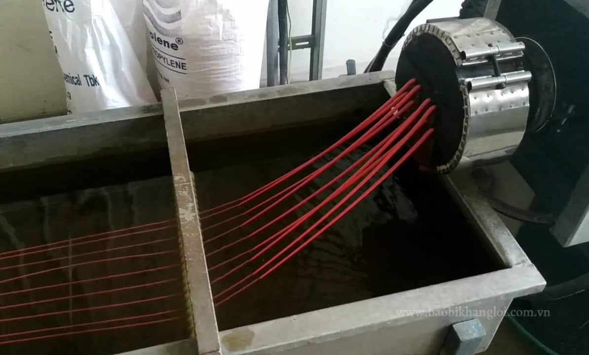 Nhựa nóng chảy được ép đùn và kéo thành dạng sợi