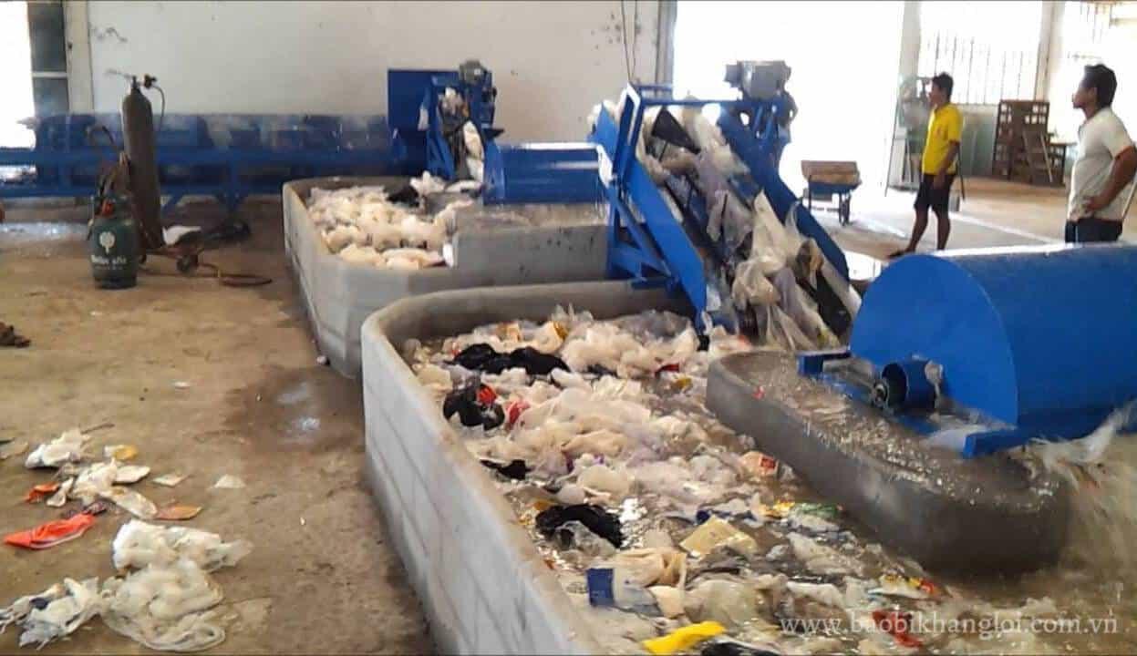 Rác thải nhựa được làm sạch trong những bể giặt để loại bỏ chất bẩn
