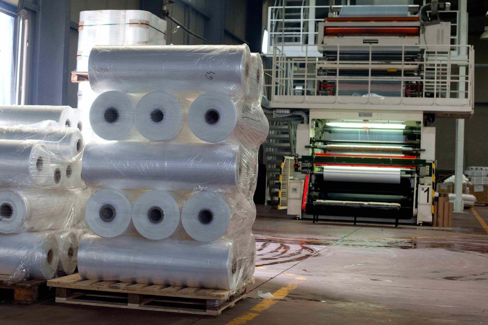 sản xuất cuộn nilon cỡ lớn đòi hỏi máy móc có kích cỡ tương ứng